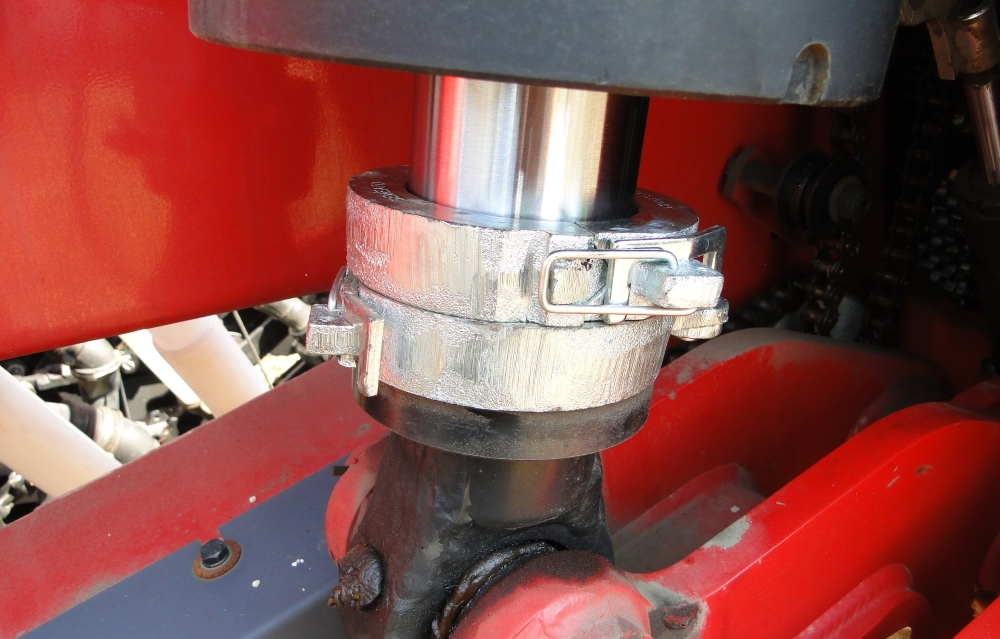 Для оптимального тиску одне кільце на гідроциліндрі знято, при налаштуваннях сівалки в полі.