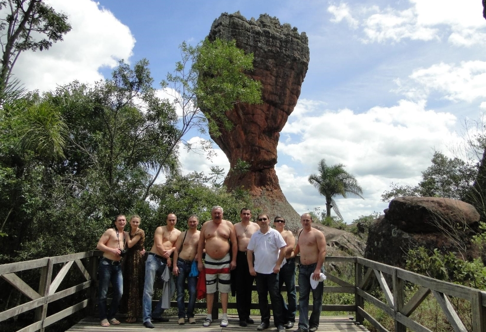 Клиенты Компании Агромир в парке Villa Velha, Бразилия. Эрозия не щадит даже камни.